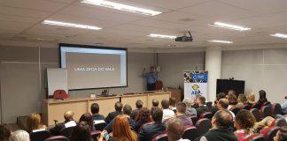 palestrante Fernando no auditório explicando o funil de vendas